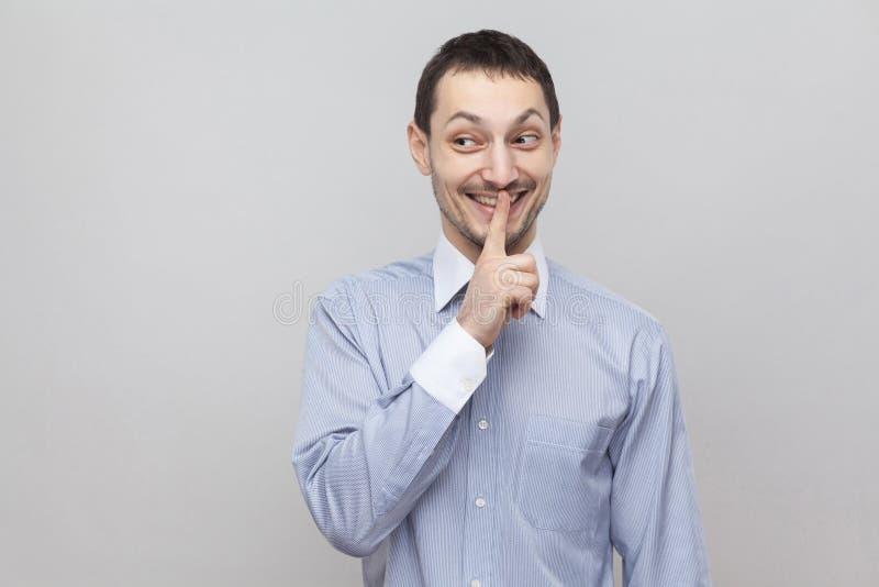 Shh, esto es secreto Hombre de negocios hermoso divertido de la cerda en la situación azul clara clásica de la camisa con la alar fotos de archivo