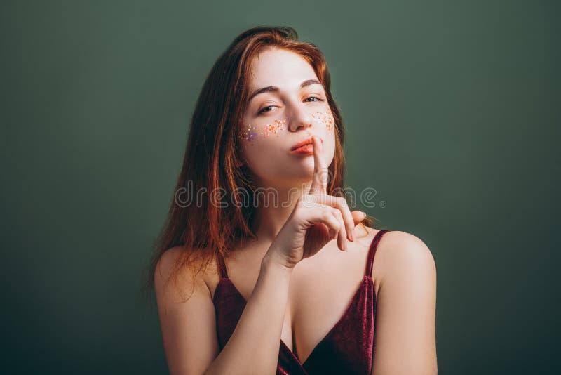 Shh f?r kvinnliga fast blick fingerkanter f?r tystnad arkivbilder