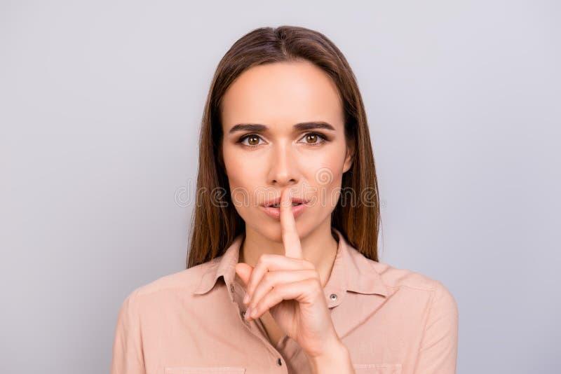 Shh! Halten Sie mein Geheimnis Attraktive junge Brunettefrau in beige FO lizenzfreies stockbild