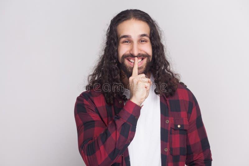 Shh, to jest tajny! śmieszny mężczyzna z brodą długi kędzierzawy h i czernią zdjęcie stock