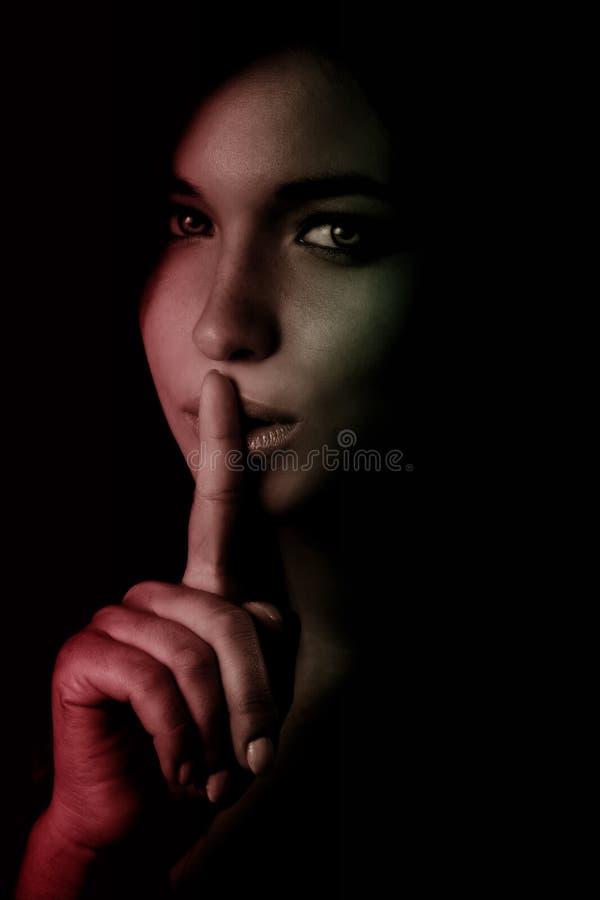 Shhh geheimes Konzept - Finger über Lippen lizenzfreie stockbilder