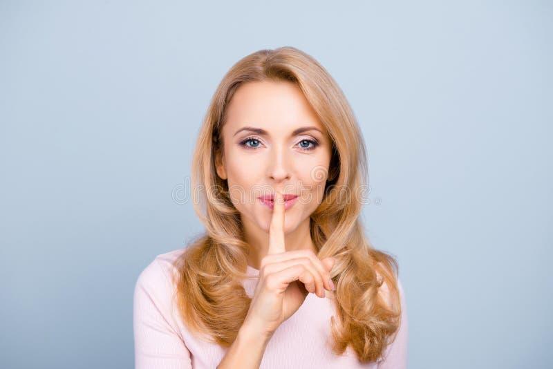 Shhh! Portret dosyć, czarować atrakcyjny, tajemniczy, seksowny, zdjęcia royalty free