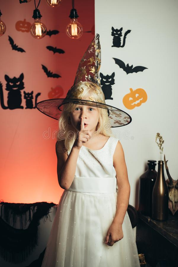 Shhh Shh Hemlighet- och gåvabarns dräkter för berömmen av allhelgonaaftonen Lycklig skratta unge i dräkt till royaltyfri fotografi