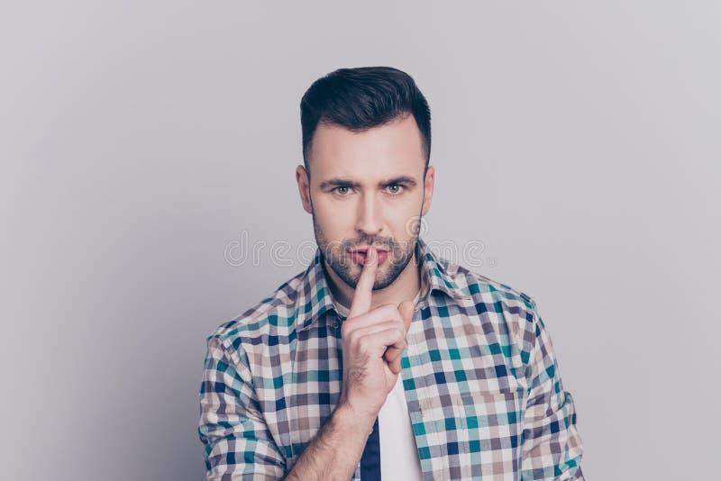 Shhh! Stående av den attraktiva mannen med borstet i rutig skjorta royaltyfria foton
