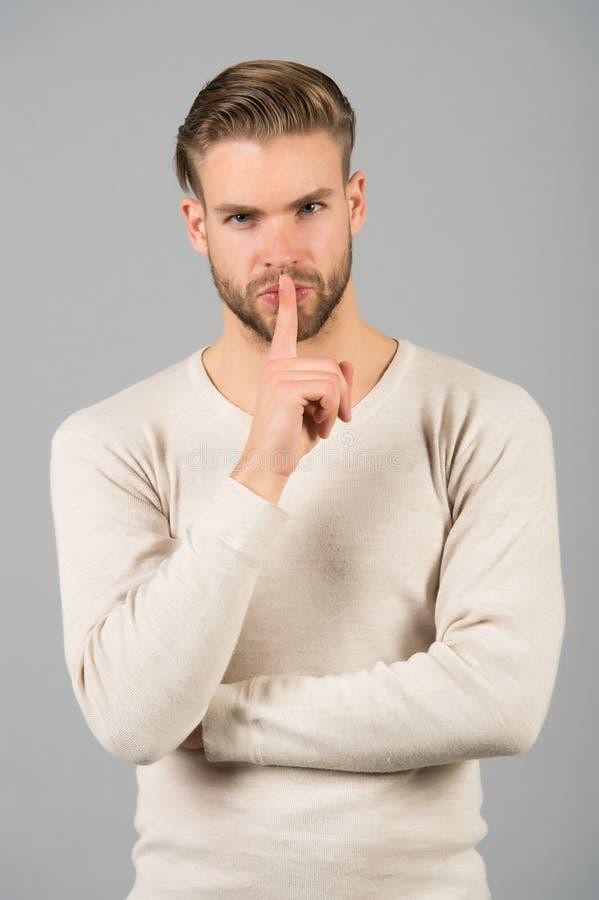 Shhhh? Mantenha o silêncio Gesto atrativo considerável do silêncio do homem Você mantém melhor nosso segredo Sendo confiado com s fotos de stock royalty free