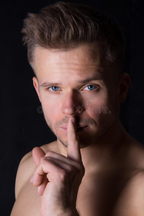 Shhhh? Mantenha o silêncio Indivíduo atrativo Shhhh o homem pede para manter um segredo imagem de stock