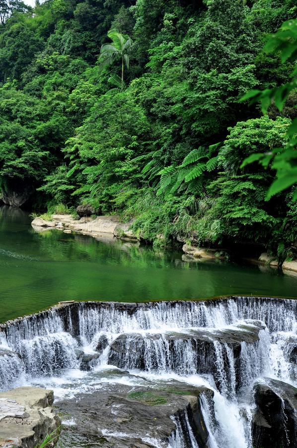 Shi Fen Waterfall i Taiwan arkivbild