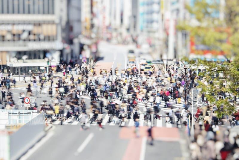 Shibuya övergångsställe i Tokyo, Japan, med att gå folk royaltyfri bild