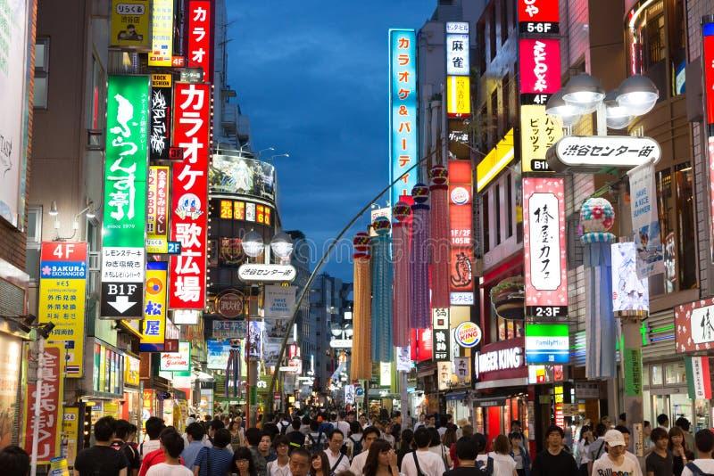 Shibuya som shoppar gataområdet i Tokyo, Japan fotografering för bildbyråer