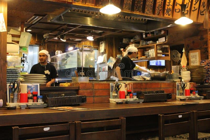 Shibuya Tokyo/Japan - Juni 18, 2018: Mörkt tänd japansk restaurang i Shibuya med lyktor och traditionell japansk mat och arkivbilder