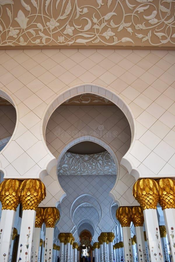 Shiekh Zayed meczetu łuku korytarz, Stropuje zdjęcia stock