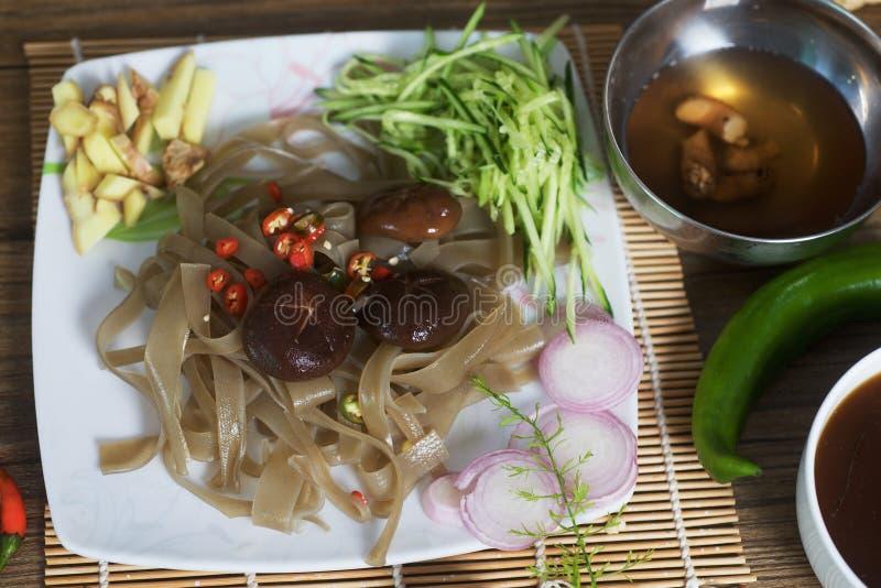 Shiitakepilze und Süßkartoffelnudeln lizenzfreies stockbild