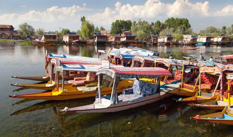 Shikara łodzie na Dal jeziorze z houseboats w Srinagar zdjęcia royalty free