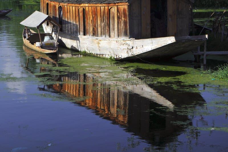 Shikara et péniche aménagée en habitation photo stock