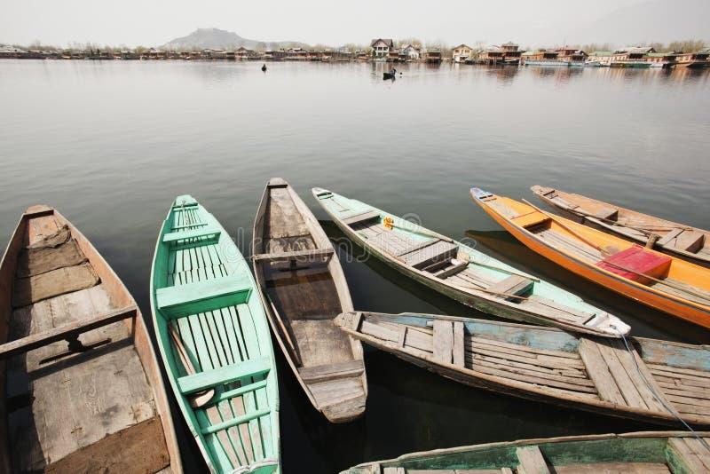 Shikaras w jeziorze, Dal jeziorze, Srinagar, Jammu I Kaszmir, India zdjęcia stock