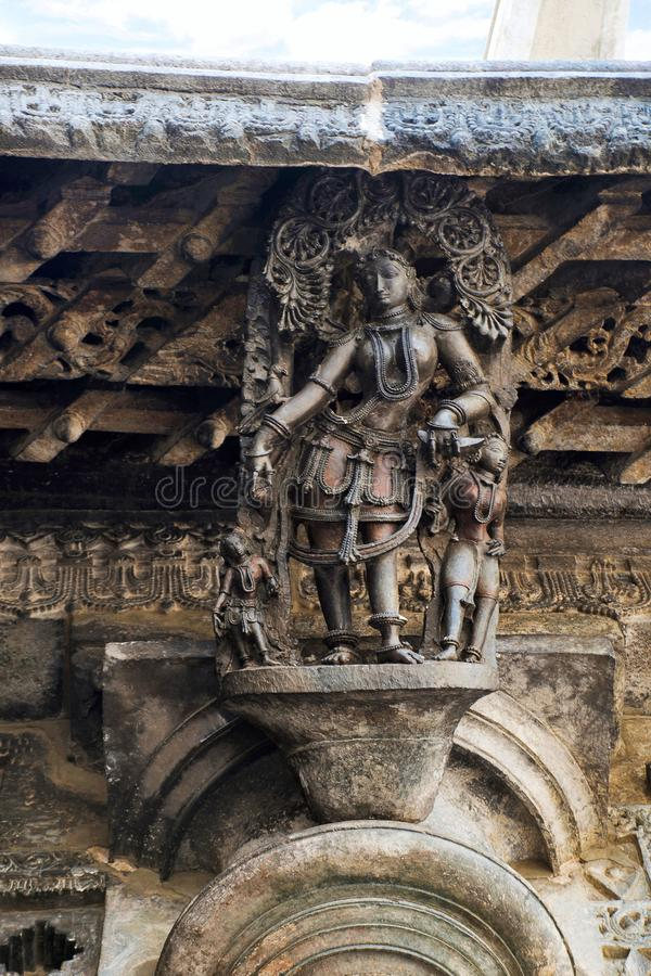 Shilabalika, donzela celestial, como uma menina aciganada Templo de Chennakeshava, Belur, Karnataka Observe o penteado foto de stock