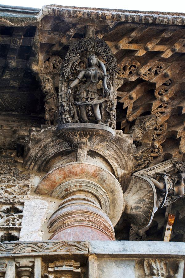 Shilabalika, jeune fille céleste, comme raboteuse de cheveux Une dame habille ses poils après bain Temple de Chennakeshava, Belur image stock