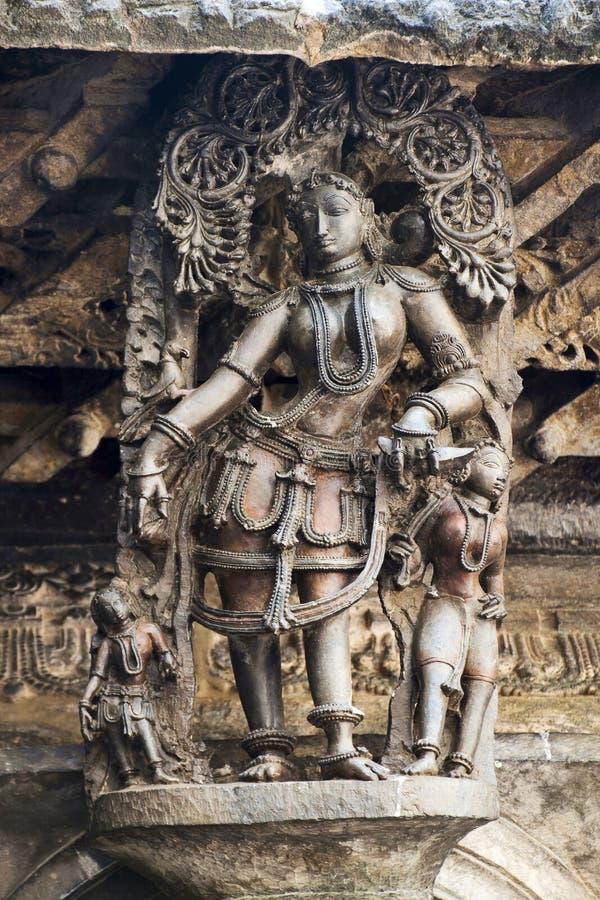 Shilabalika, jeune fille céleste, en tant que fille gitane Temple de Chennakeshava, Belur, Karnataka Notez la coiffure photos libres de droits