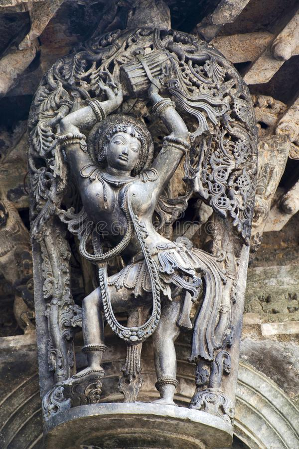 Shilabalika, ragazza celeste, come Dolu Kunita Una signora palying un tamburo e ballare Tempio di Chennakeshava, Belur, il Karnat fotografia stock libera da diritti