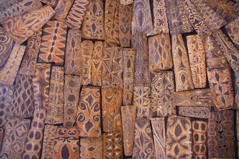 Shileds de Papuá-Nova Guiné pendurados do telhado fotos de stock royalty free