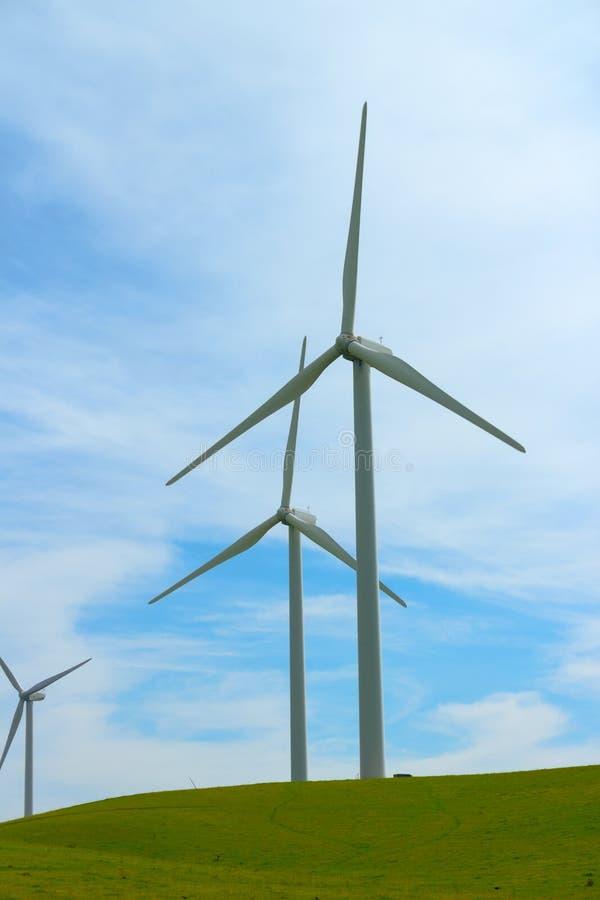 Download 风车发电器。 库存图片. 图片 包括有 云彩, 工厂, 磨房, 绿色, 创新, 生态, 行业, 推进器, 环境 - 30329595