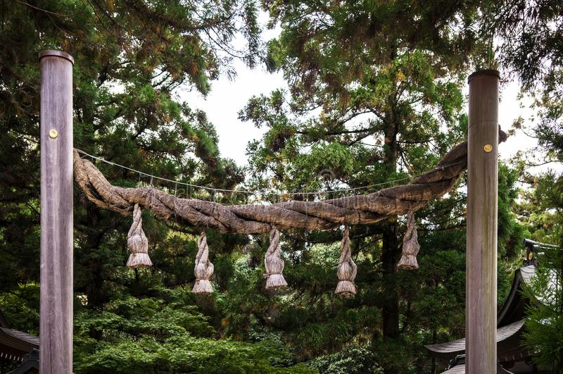 Shimenawa heilige kabel bij Omiwa-heiligdom, Nara, Japan stock foto's