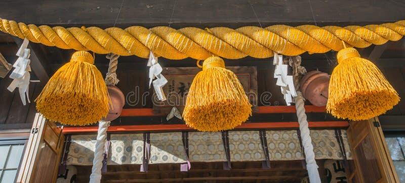 Shimenawa of heilige kabel in Japans heiligdom - Yamadera, Yamagata, Japan stock afbeeldingen