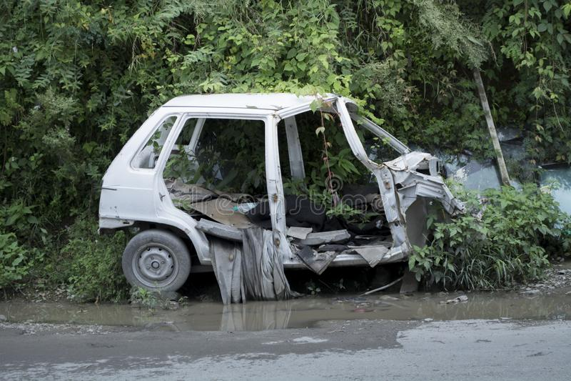 Shimla Himachal Pradesh/Indien: September 2017: En liten bil för fyra barnvakt räddades i ett ruskigt villkor efter en chockerand arkivfoton