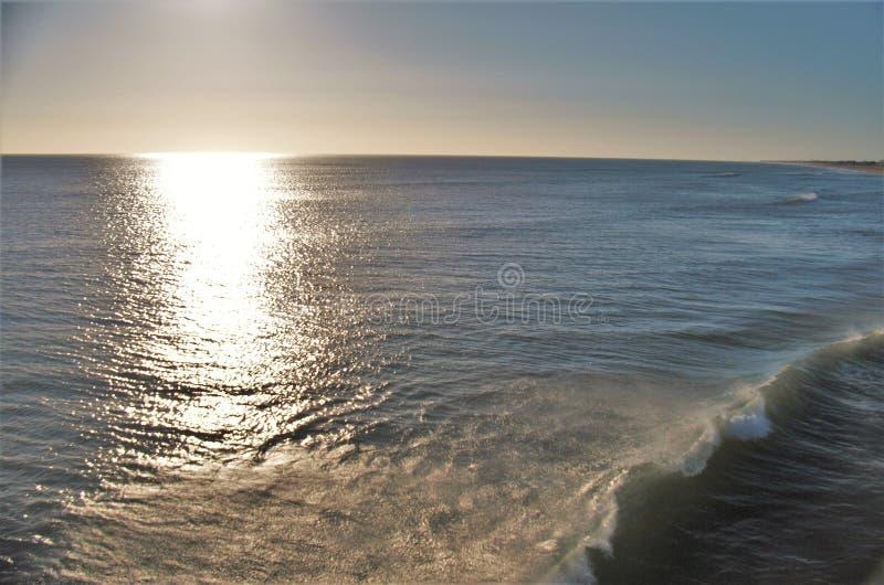Shimmers Солнця утра с океана на Kitty Hawk стоковое фото rf