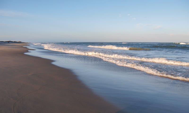 Shimmers Солнця утра с океана на Kitty Hawk стоковые изображения rf