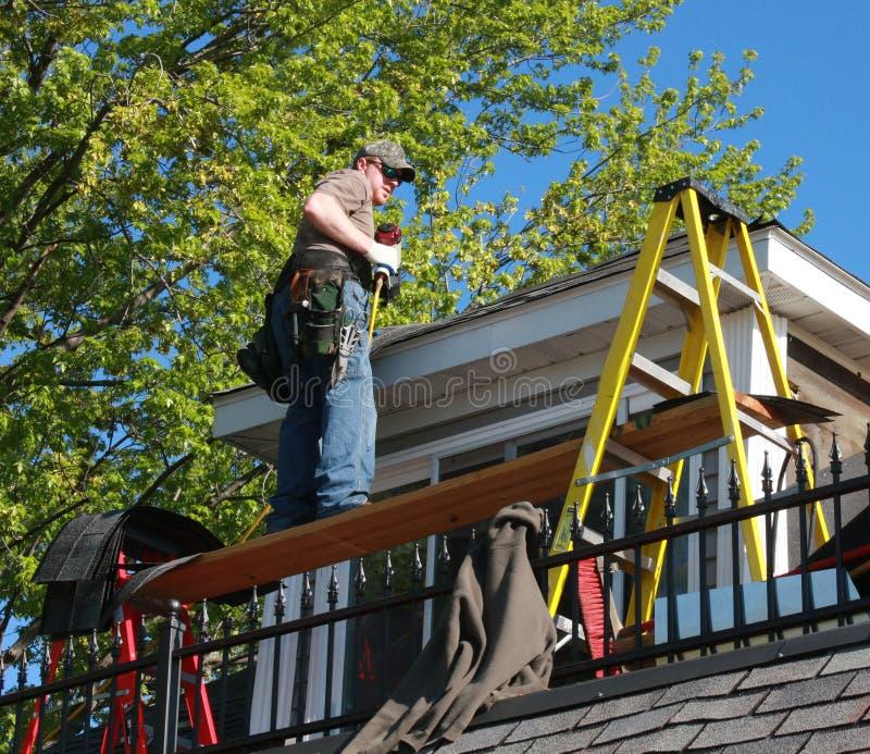 Shingling o telhado da casa imagens de stock