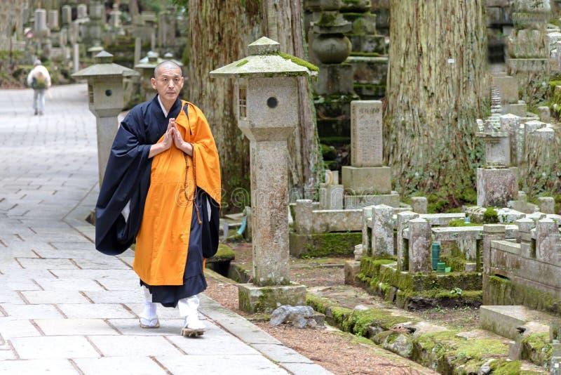 Shingonmunk i den Okunoin kyrkogården på Koya-san, Japan arkivbilder