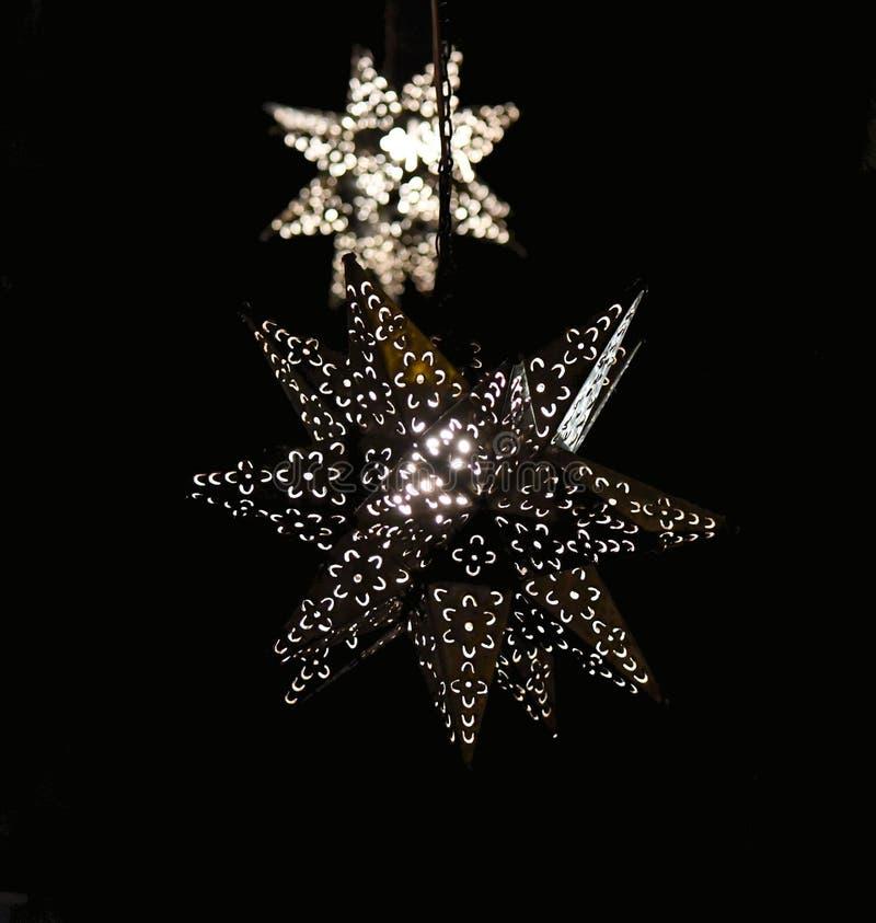 Shiningin de las linternas de la estrella del metal la oscuridad imágenes de archivo libres de regalías