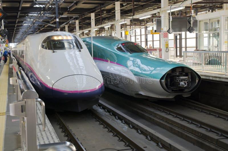 Shinkansen Hayabusa pociąg przy Tokio stacją zdjęcie stock