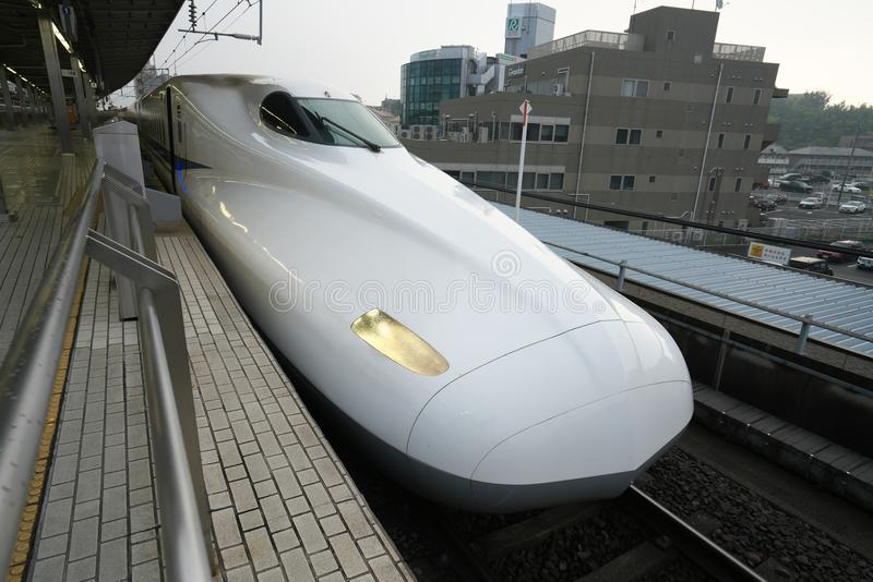 Shinkansen oder ein japanischer Kugelzug stoppt an Shinyokohama-Station lizenzfreie stockbilder