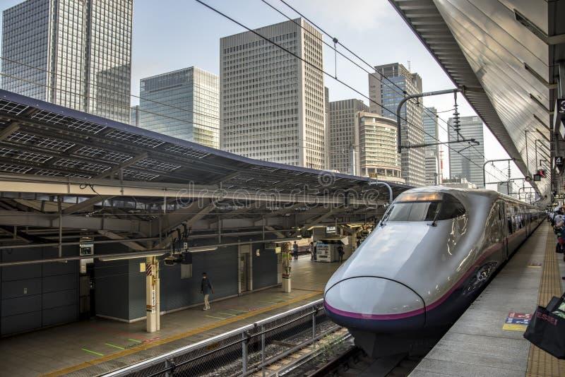 Shinkansen på den Tokyo järnvägsstationen, Japan royaltyfria foton