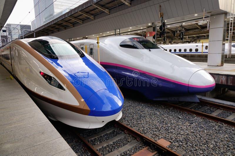 Shinkansen s'exerce à la station à Toyama, Japon photo libre de droits