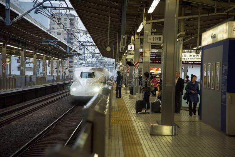 shinkansen trein het aankomen Osaka post stock afbeeldingen