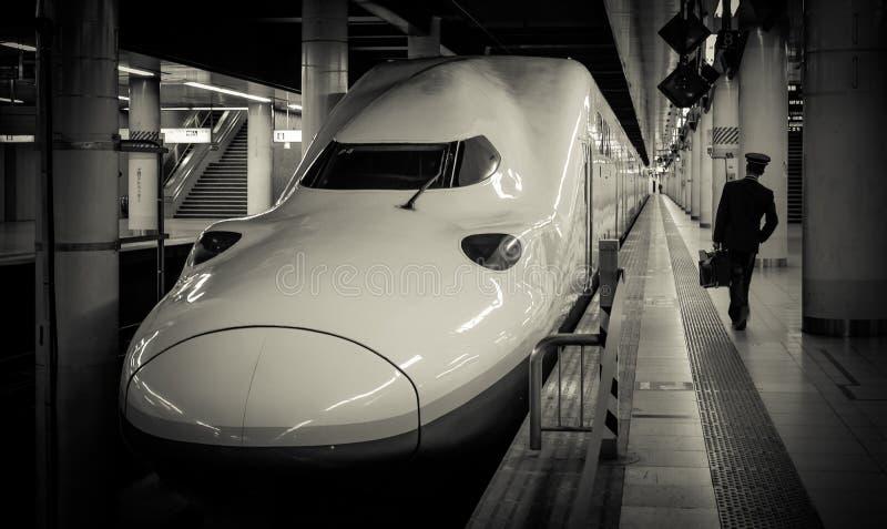 Shinkansen (tren de bala) y conductor que camina en la estación de Ueno fotos de archivo libres de regalías