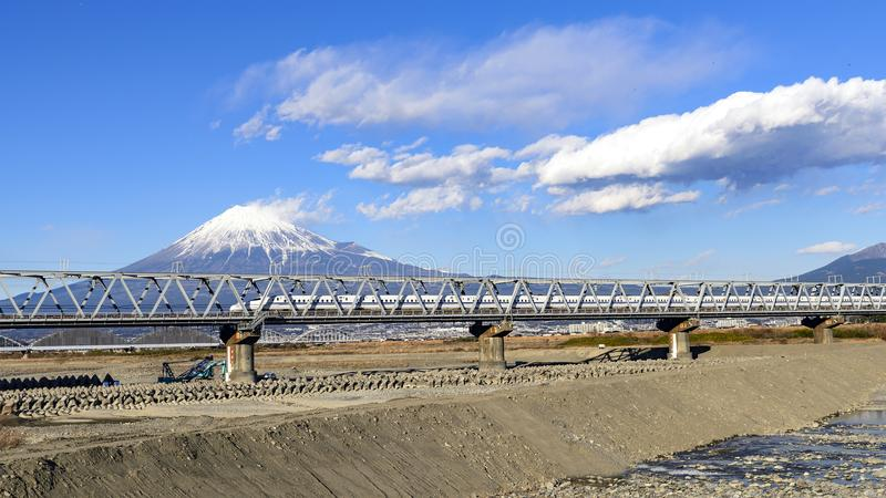 Shinkansen und Mt fuji lizenzfreie stockbilder