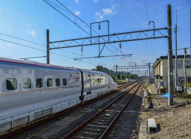 Shinkansen-Zug, der am Bahnhof stoppt stockbild