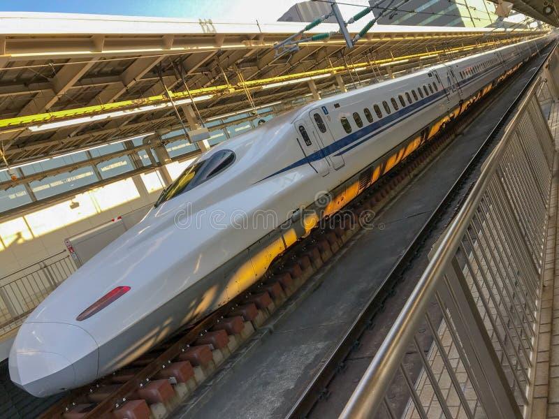 Shinkansenn700a reeks bij de post van Osaka De eerste ultrasnelle trein van Shinkansen werd geïntroduceerd in 1964 royalty-vrije stock foto