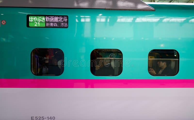 Shinkansentrein die bij post ophouden stock foto's