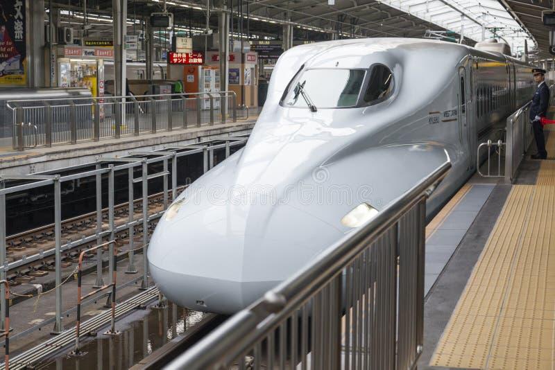 Shinkansenultrasnelle trein die bij een station aankomen stock foto's