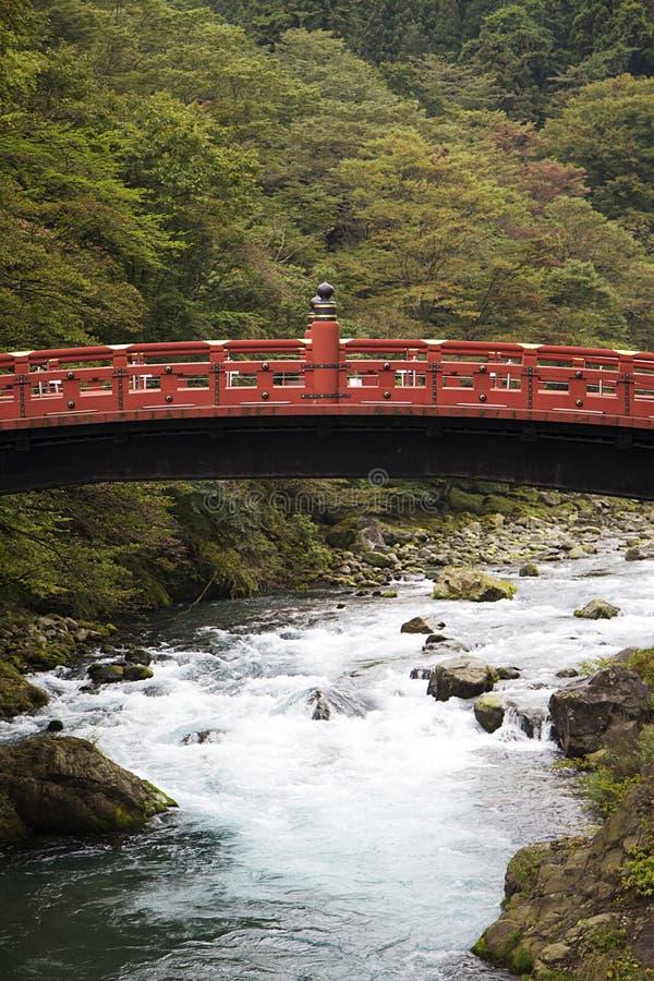 Shinkyo träbro på den Futarasan relikskrin i Nikko, Japan fotografering för bildbyråer