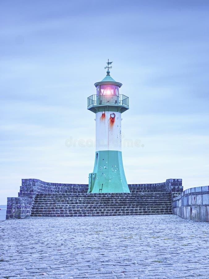 Shinning маяк навигации на конце пристани стоковые фото