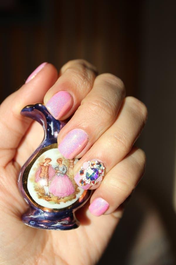 Shinning розовый маникюр геля стоковое фото
