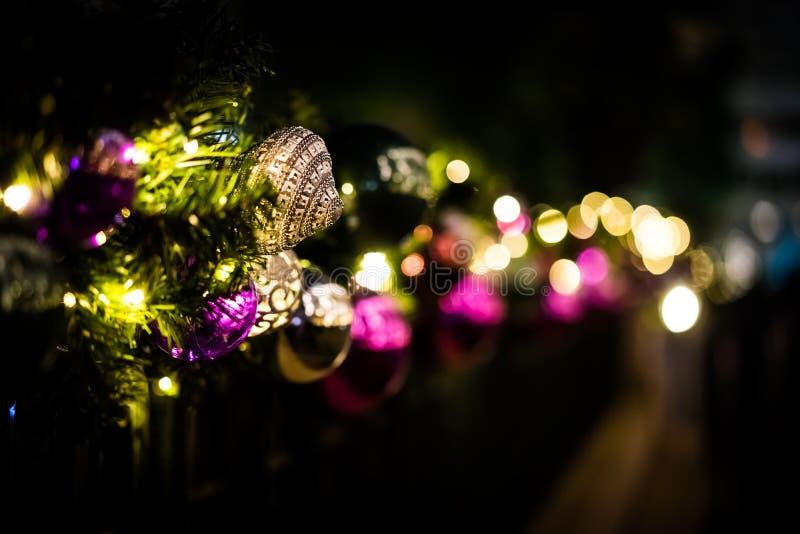 Shinny la decorazione di natale alla notte fotografie stock