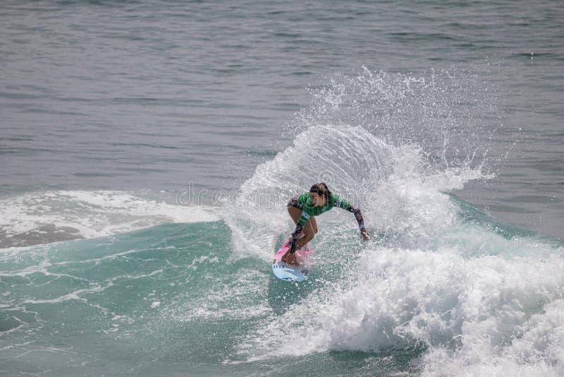 Shino Matsuda surfant dans l'US Open de fourgons de surfer 2019 image libre de droits