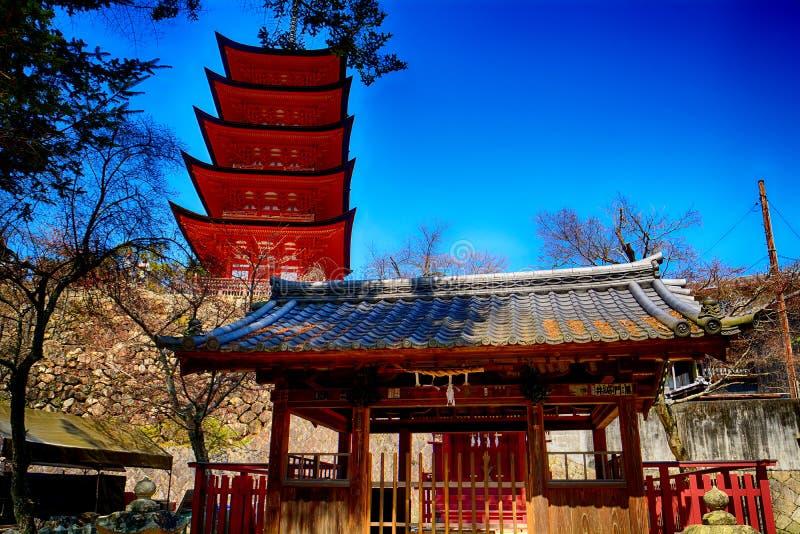 Shintoistischer Schrein Araebisu und der buddhistische Tempel Senjokaku, Miyaji lizenzfreie stockfotos